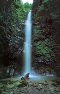 آبشار پلنگ دره که در شمال شرقی شهر شیرگاه قرار دارد